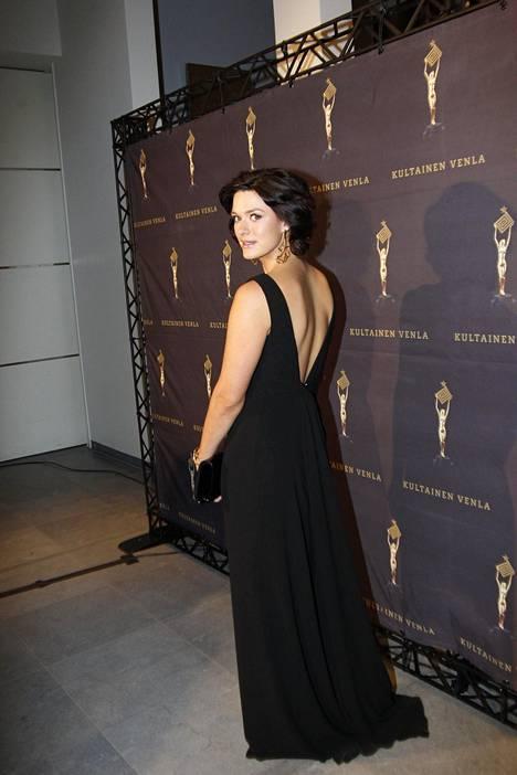 Krista Kosonen tuli kolmisen kuukautta sitten äidiksi. Näyttelijän yllä nähtiin Hugo Bossin musta iltapuku.
