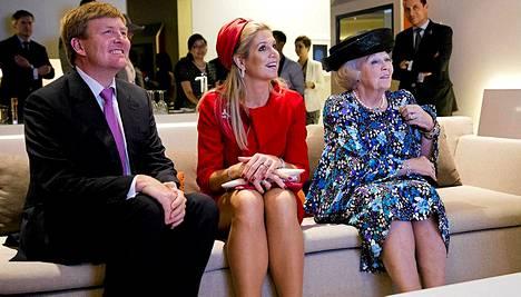 Prinssi Willem-Alexander, hänen puolisonsa prinsessa Maxima ja kuningatar Beatrix arkistokuvassa.