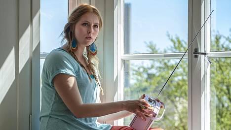 Essi Hellén näyttelee Ainoa, joka ihastuu varattuun mieheen elokuvassa 21 tapaa pilata avioliitto (MTV3 klo 20.00).