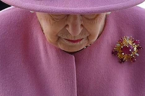Elizabeth yhdisti asuunsa prinssi Philipiltä 54 vuotta sitten saamansa rintakorun.