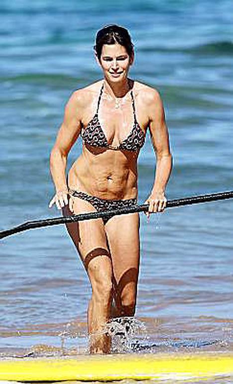 Äitiys on jättänyt inhimilliset jälkensä Cindy Crawfordin vatsanseutuun.