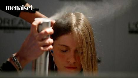 Muotoilutuotteiden jäämät on hyvä poistaa hiuksista säännöllisesti.