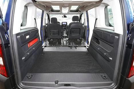Kaikki istuimet kipattuna Rifter muuttuu pakettiautoksi. Tarvittaessa myös apukuskin selkänojan saa nurin.