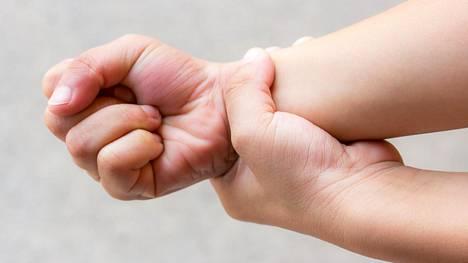 Hermopinne saattaa kehittyä ranteeseen työn tai harrastuksen aiheuttamasta rasituksesta.