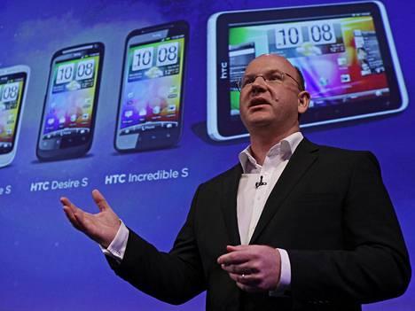 HTC:n johtotehtävissä työskennellyt Florian Seiche esitteli yhtiön uutta puhelinmallia 2010-luvun alussa Lontoossa.