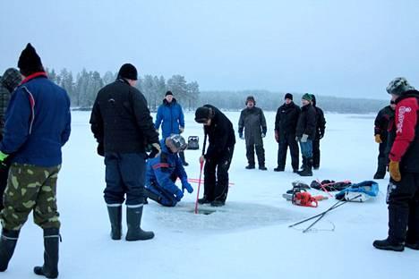 Kuusamossa noin 60 työtöntä on mukana tekemässä järvikalatutkimusta.