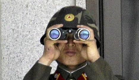 Pohjoiskorealainen sotilas tarkkailee Etelä-Korean puolella liikkuvia.