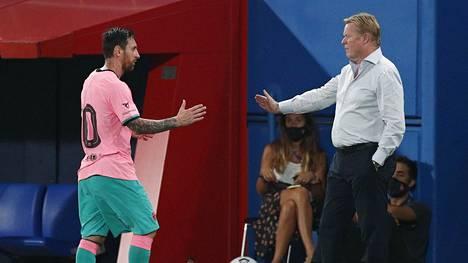 Messi ja FC Barcelonan päävalmentaja Ronald Koeman kättelivät keskiviikon harjoitusottelun jälkeen.