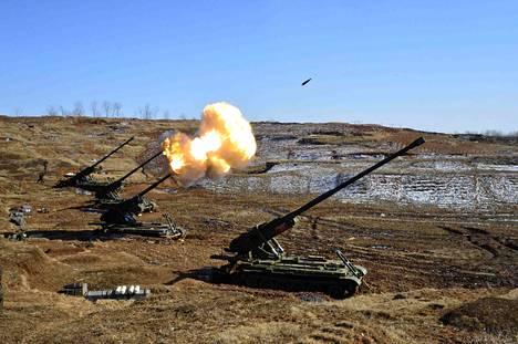 Pohjois-Korea on useasti pullistellut kuvilla aseharjoituksistaan. Tämä kuva on maan tykistöharjoituksista.