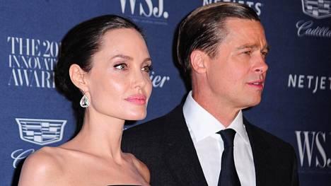 Angelina Jolie ja Brad Pitt saapuvat Wall Street Journal -julkaisun Innovator Awards 2015 -gaalaan marraskuussa 2015.
