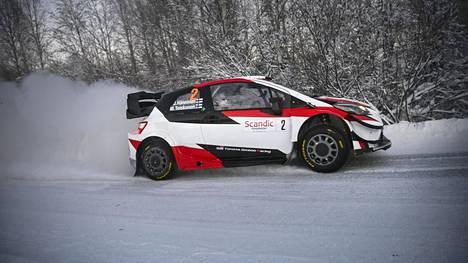Tällä viikolla Rovaniemellä ajetaan SM-sarjaa. Kuvassa Juho Hänninen vauhdissa Toyota Yariksellaan.