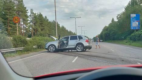 Auton luokse pysähtyi auttajia. Kuljettaja ja matkustaja pakenivat paikalta.