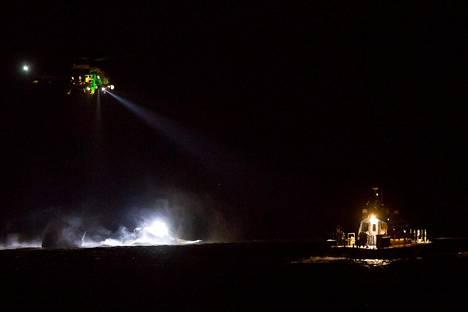 Lukijan kuvassa näkyy helikopteri ja veneitä onnettomuuspaikalla.