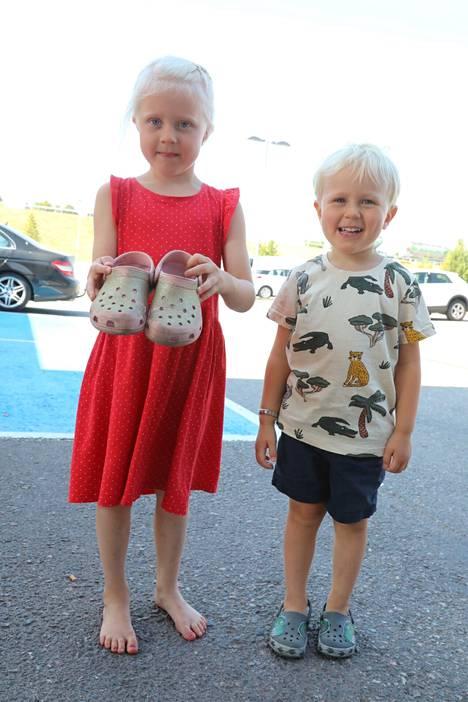 Siiri 5 vuotta ja Aaron 3 vuotta esittelivät kesäkenkiään Lohjan ABC -huoltoasemalla.