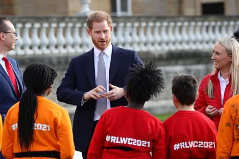 Harryn kuvaillaan rentoutuneen päästessään juttelemaan lasten kanssa Buckinghamin palatsissa.