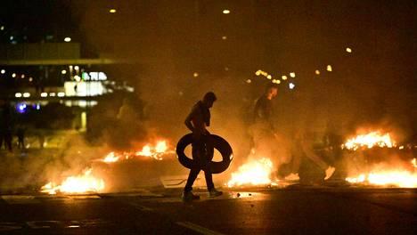 Poliisi otti lauantaina kiinni parikymmentä mellakoijaa, jotka polttivat muun muassa auton renkaita.