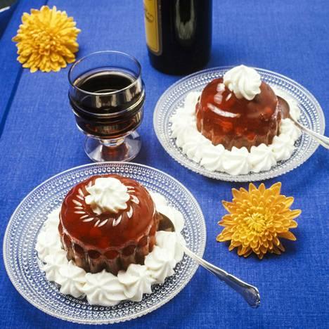 Karpalohyytelön kanssa nautittiin kuvan perusteella myös jälkiruokajuomaa, joka oli arvatenkin makeaa.