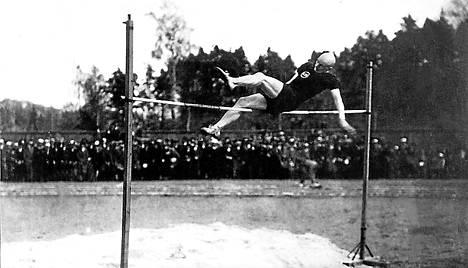 Urheilusankari. Kekkonen oli vauhdittoman korkeushypyn Suomen mestari 1920-luvulla.