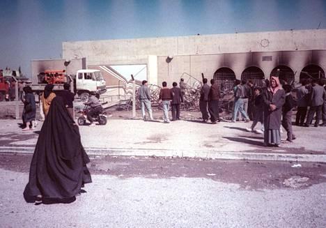 Bagdadilaisnainen käveli Amarian pommisuojan ohi helmikuussa 1999 sen jälkeen, kun amerikkalaiskoneet olivat pommittaneet kohdetta.