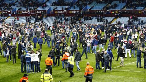 Aston Villan kannattajat ryntäsivät kentälle lauantaina.
