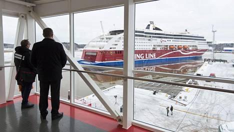 Risteilyalus Viking Grace saapuu satamaan ensimmäistä risteilyä varten tammikuussa 2013.