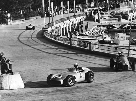 Myös Monacon rata on kuulunut MM-sarjaan vuodesta 1950 saakka. Tämä kuva on vuoden 1955 Monacon GP:stä.