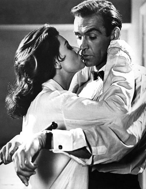 Eunice Gayson ja Sean Connery nähtiin legendaarisissa rooleissaan ensimmäistä kertaa vuonna 1962 elokuvassa Salainen agentti 007 ja tohtori No.