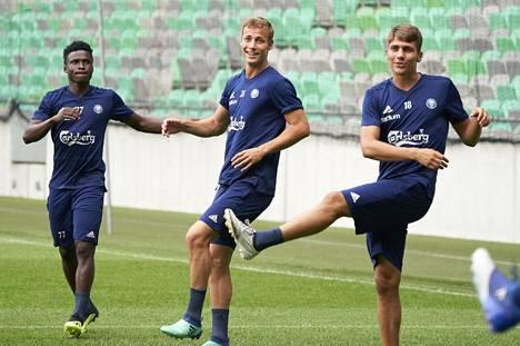 Oikealta Peiponen, Eetu Vertainen ja Anthony Annan valmistautumassa HJK:n Eurooppa-liigan karsintaotteluun Olimpija Ljubljanaa vastaan kesällä 2018.