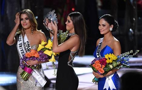 Pian edellinen Miss Universum, Paulina Vega, joutui nostamaan kruunun järkyttyneen Gutiérrezin kutreilta ja asettamaan sen oikean voittajan, Filippiinien Pia Alonzo Wurtzbachin päähän.