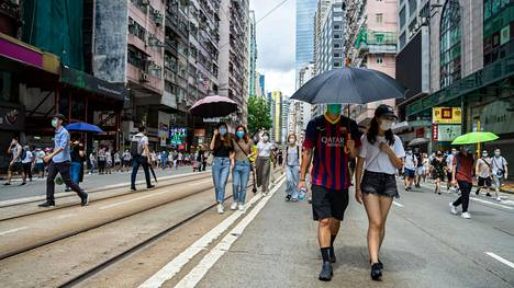 Mielenosoittajat lähtivät kaduille Hongkongissa keskiviikkona koronarajoituksista huolimatta, kun alueen palautumisesta Britannialta Kiinalle tuli kuluneeksi 23 vuotta.