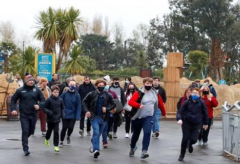Ihmisiä ryntäämässä maanantaina auenneeseen Thorpe Park -huvipuistoon.