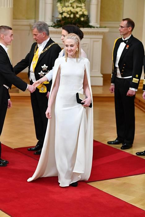 Nuorten Agenda 2030 -ympäristöryhmän puheenjohtaja Siiri Mäkelä valitsi ylleen Valentinon couture-iltapuvun ja kotimaisen Lovian laukun ja korvakorut.