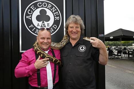 Timo kuvattuna Sini Ariellin ja Stuart Bondsin hääjuhlissa Lahdessa 2016. Kuvassa myös Ace Corner -ravintolan omistaja Riku Routo.