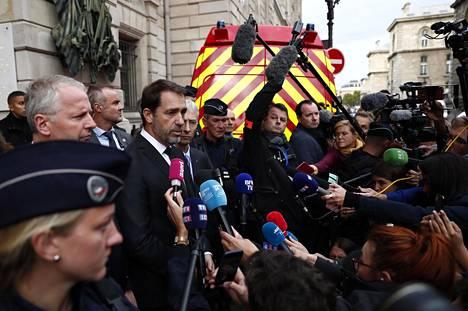Ranskan sisäministeri Christophe Castaner (keskellä) vastaili toimittajien kysymyksiin Pariisin yleisen syyttäjän Remy Heitzin (vasemmalla) kanssa.