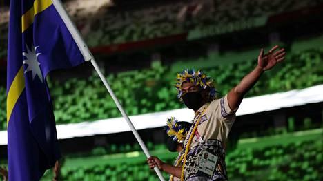 Jonah Harris kantoi ylpeänä kotimaansa Naurun lippua toissa perjantaina järjestetyissä Tokion olympialaisten avajaisissa.
