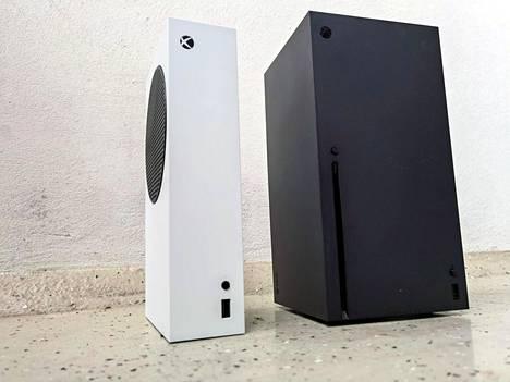 Valkoinen Xbox Series S on pieni, ja näyttää ylikokoiselta transistoriradiolta. Series X puolestaan on jämerä musta laatikko.