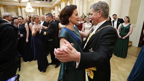 Presidenttipari tanssi juhlissa viime vuonna