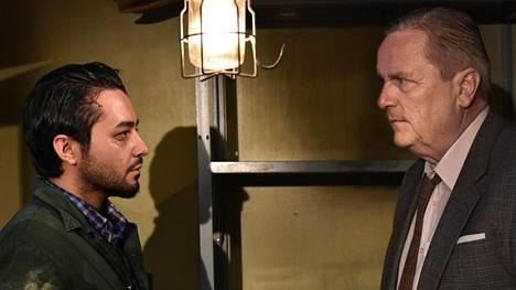 Khaled (Sherwan Haji) saa apua ravintolan perustaneelta kauppamatkustaja Wikströmiltä (Sakari Kuosmanen).