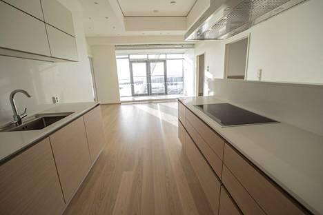 Ylimmän kerroksen 130-neliöisen asunnon keittiöstä näkyy viherhuoneeseen.