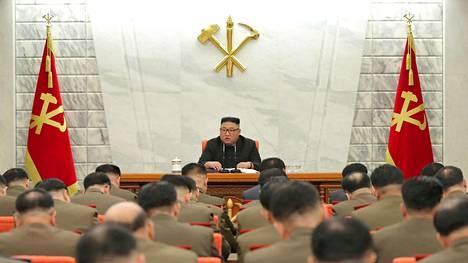 Pohjois-Korean johtaja Kim Jong-un osallistumassa Korean työväenpuolueen armeijakomission kokoukseen 25. helmikuuta Pjongjangissa.