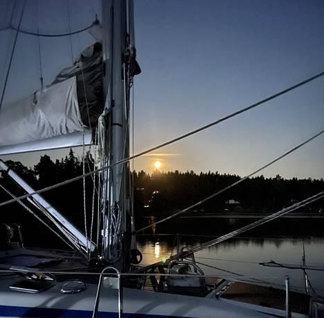 """La 24.7. """"En osaa purjehtia, mutta osaan yöpyä ystävän veneessä, jos se on tukevasti kiinni satamassa. Täysikuusta lisäpisteet."""""""