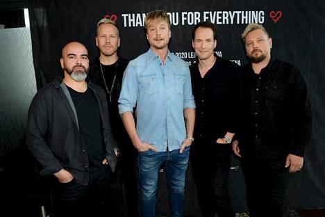 Sunrise Avenue -yhtyeen muusikot Raul Ruutu (vas.), Osmo Ikonen, Samu Haber, Riku Rajamaa ja Sami Osala.