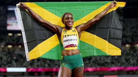 Elaine Thompson-Herah sai juhlia 100 metrin olympiakultaansa pitkään yksinään, vaikka joukkuetoverit valtasivat muut palkintopallisijat.