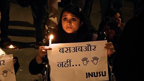 Joulukuussa 2012 nuori intialaisnainen kuoli joukkoraiskauksen aiheuttamiin vammoihin. Intiassa syntyi kansanliike puolustamaan naisten asemaa.