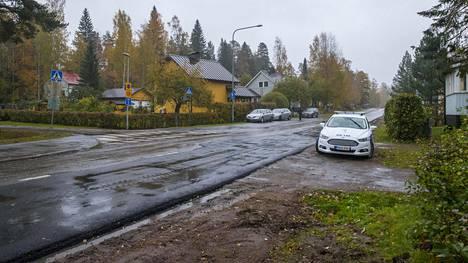 Poliisit tutkivat onnettomuuspaikkaa.