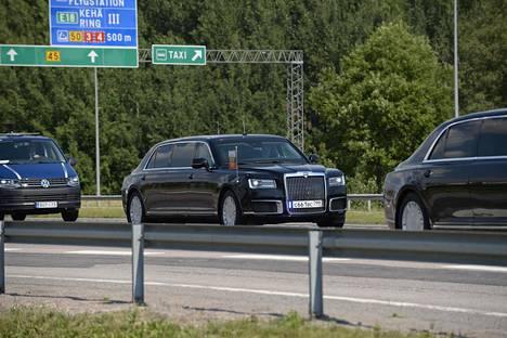 Vladimir Putinin autosaattue tulossa lentokentältä kohti Presidentinlinnaa.