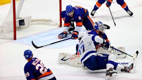 Islandersin Ryan Pulock liukui torjumaan Tampan Ryan McDonaghin laukauksen maaliviivalta, kun ottelua oli jäljellä kaksi sekuntia.