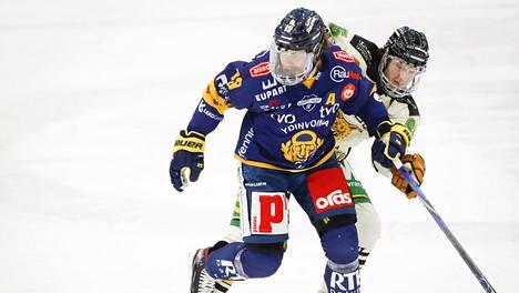 Lukko ja Ilves avasivat puolivälierät jännittävällä kamppailulla. Kuvassa Ilveksen Matias Myttynen (takana) ja Lukon Robin Press runkosarjaottelussa 20. maaliskuuta.