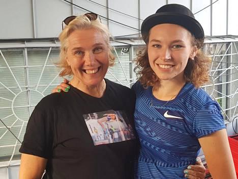 Äiti Ringa Ropo (vas.) ja tytär Ella Junnila ovat nyt molemmat yleisurheilun Suomen ennätyksien haltijoita.