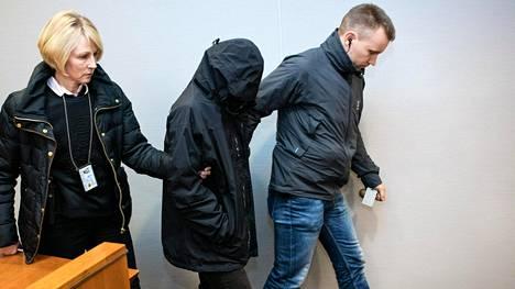 Toista epäiltyä tuodaan oikeussaliin yhdestätoista murhasta epäiltyjen irakilaiskaksosten vangitsemisoikeudenkäyntiin Pirkanmaan käräjäoikeudessa joulukuussa 2015.